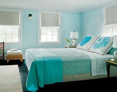 Aconchegante e simples, o quarto é valorizado pela cor das paredes e