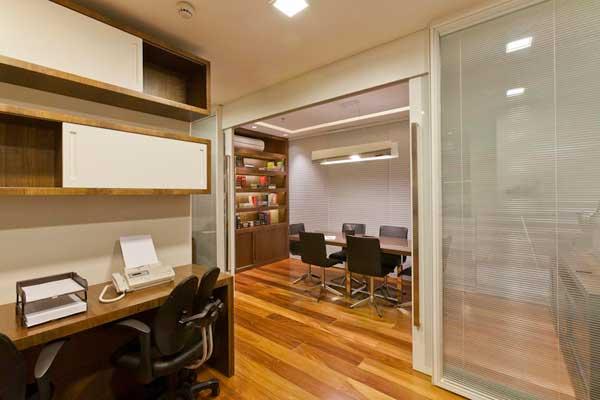 decoracao de interiores escritorio advocacia: de madeira para revestir as paredes, além de espelho nas laterais